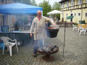 Hofherr Andreas Lorenz bereitet ungarischen Kesselgulasch zu